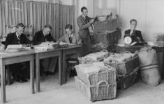 XXXIII-574-00-03-3 Leden van de Schade-Enquête-Commissie in de postkamer van het Beursgebouw met de binnengekomen ...