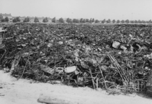 XXXIII-574-00-03-7 Berging van oud ijzer, afkomstig uit de verwoeste binnenstad op het terrrein bij de Radiostraat ...