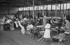 XXXIII-574-00-04-2 Kleermakers, naaisters en strijksters vernieuwen de voorraad geschonken kledingstukken voor ...