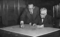 XXXIII-574-01-1 Ir. W.G. Witteveen (links) aan wie de opbouw van de nieuwe binnenstad is opgedragen, geeft burgemeester ...