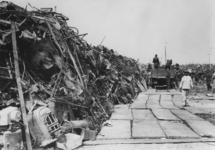 XXXIII-574-2 Metaal uit de verwoeste binnenstad wordt bijeengebracht op een terrein aan de Radiostraat opgestapeld.