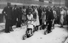 XXXIII-574-8 Bruid en bruidegom gaan per autoped naar het stadhuis.