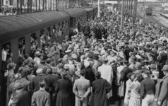 XXXIII-580-1 De trein staat gereed voor het vertrek. Onder veel belangstelling wordt op het perron afscheid van de ...
