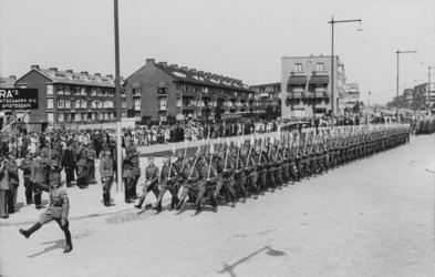 XXXIII-581 Op de Statenweg neemt General-Arbeitsführer van Reichsarbeitsdienst (RAD), F. zur Loye, (rechts van de ...