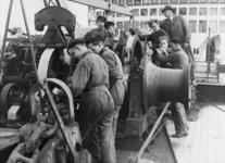 XXXIII-585-01-1-EN-2 Praktijkoefening voor studenten van de Zeevaartschool aan boord van de Baloeran.