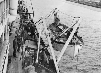 XXXIII-585-01-2 Praktijkoefening voor studenten van de Zeevaartschool aan boord van de Baloeran.