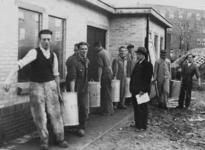 XXXIII-588-02 De eerste van de vijftig te bouwen centrale keukens is op het Visserijplein in gebruik genomen, met een ...