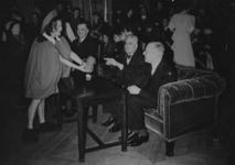 XXXIII-590-2 De Duitse danseres Ilse Meudtner in de rol van winterfee danst in de burgerzaal van het stadhuis ten bate ...