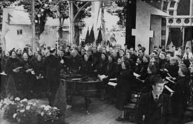 XXXIII-601 Concert van de Zingende Dietschers onder leiding van Melchert Schuurman jr. in de tuin van Lommerrijk.