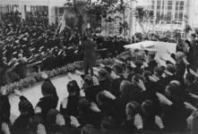 XXXIII-605-01-2 Vaandelgroet tijdens installatie van burgemeester Müller als gevolmachtigde van de leider voor de NSB ...