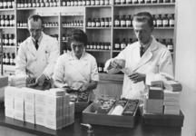 XXXIII-608 Verdeling van de vitamine-D-tabletten ter bestrijding van de Engelse ziekte. Kinderen van drie maanden tot ...