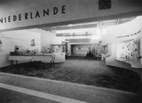 XXXIII-610-00-02 Stand met een maquette de Maastunnel van de Stichting Havenbelangen op de Weense Messe.