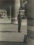 XXXIII-610-00-03-1 Een militair van de Kriegsmarine op wacht voor een handelsveem aan de oostzijde van de Rijnhaven.