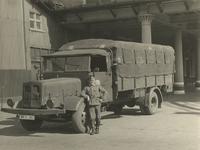 XXXIII-610-00-03-3 Een Duitse militair leunt tegen een vrachtwagen voor het handelsveem aan de oostzijde van de Rijnhaven.