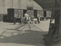 XXXIII-610-00-03-4 Militairen van de Kriegsmarine laden levensmiddelen van wagons in een gereedliggend zeeschip bij het ...