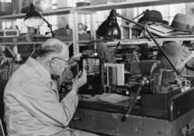 XXXIII-613 In de werkplaats van de Plaatselijke Telefoondienst is men bezig met het geschikt maken van de nieuwe ...