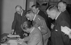 XXXIII-615 Bezoek van dr. C.L.F. Völckers en dr. H. Boening aan het gewestelijk arbeidsbureau aan de 1e ...
