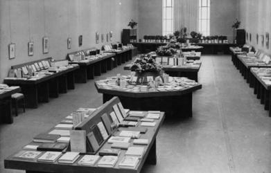 XXXIII-616-1 Overzicht van de tentoonstelling Das Deutsche Buch der Gegenwart in het Museum Boijmans.