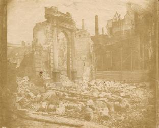 XXXIII-62 De ruïne van de stoomsuikerraffinaderij van de heer Tromp aan het einde van de Leuvehaven na de brand van 13 ...