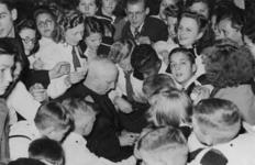 XXXIII-628-00-01 Max Blokzijl deelt handtekeningen uit aan de jeugd in Odeon.