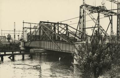 XXXIII-645-00-03 De Boslandsbrug, de spoorbrug over het Buizengat met een gezonken binnenvaartschip ter versperring van ...
