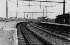 XXXIII-645-04 De draden van de bovenleiding zijn wegroofd bij het spoorwegemplacement van het Maasstation.