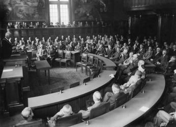 XXXIII-649 In de raadzaal van het stadhuis is er een gemeenschappelijke vergadering van de Rotterdamse gemeenteraad met ...