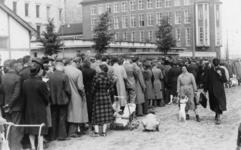 XXXIII-652 Voor het afhalen van de eerste tabakskaarten vormt zich een grote rij wachtenden voor het distributiekantoor ...