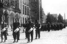 XXXIII-656-1 Parade van de Nederlandsche Binnenlandse Strijdkrachten voor het stadhuis op de Coolsingel.