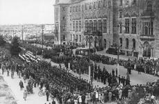 XXXIII-656-3 Parade van de Nederlandsche Binnenlandse Strijdkrachten voor het stadhuis op de Coolsingel.