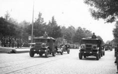 XXXIII-657-1 Militaire parade van de eerste divisie van het eerste Canadese leger afgenomen door generaal Creraz, en ...