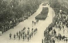 XXXIII-657-2 Militaire parade van de eerste divisie van het eerste Canadese leger afgenomen door generaal Creraz, en ...