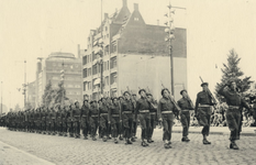 XXXIII-662 Parade van de Binnenlandsche Strijdkrachten voor het stadhuis op de Coolsingel; in nieuwe uniformen gestoken ...