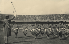 XXXIII-663-I Tijdens de voetbalwedstrijd tussen het Nederlands bondselftal en het Engelse bevrijdingsleger speelt een ...