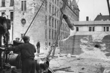 XXXIII-665-03 De sloop van een Duitse verdedigingsmuur bij het stadhuis, ter hoogte van de Stadhuisstraat en het Raam.