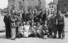 XXXIII-676 Een groep van de Binnenlandsche Strijdkrachten (BS) op het marktplein te Naaldwijk.