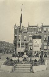 XXXIII-683 Op het Willebrordusplein werd een schuilkelder tijdens de feestelijkheden rond de bevrijding vermaakt tot ...