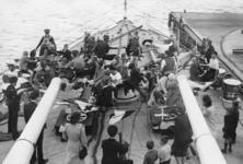 XXXIII-685-01-1 Vlootweek van 13 augustus - 20 augustus.Aan boord van het schip H.M.S. Bellona zijn kinderen aan het ...