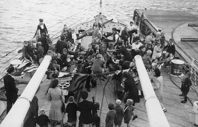 XXXIII-685-01-2 Vlootweek van 13 augustus - 20 augustus.Aan boord van het schip H.M.S. Bellona zijn kinderen aan het ...