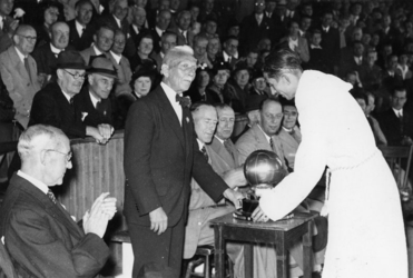 XXXIII-685-07 Na de eindwedstrijd voetbal tussen de voetbalclubs B.V.V. en D.F.C. reikt de voorzitter van de zilveren ...