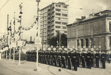 XXXIII-685-4 Vlootweek van 13 augustus-20 augustus.Een militaire parade voor het Schielandshuis. Op de achtergrond het ...