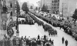 XXXIII-688-01 Een defilé van de Intendance-troepen voor het stadhuis op de Coolsingel, ter gelegenheid van de Koninginnedag.