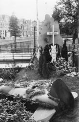 XXXIII-688 Een kruis als oorlogsmonument op het gazon van de Noordsingel, ter herdenking aan de plaats waar op 16 juli ...