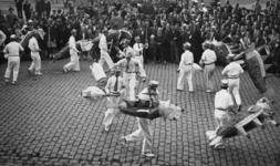 XXXIII-690-1 Bevrijdingsfeest van de Chinese bevolking. Voorstelling van de Chinezen voor het stadhuis aan de Coolsingel.