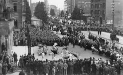 XXXIII-690-3 Bevrijdingsfeest van de Chinese bevolking. Voorstelling van de Chinezen voor het stadhuis aan de Coolsingel.