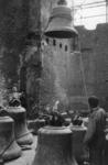 XXXIII-753-00-01-1 Het omhoog hijsen van de klokken in de Sint-Laurenskerk.