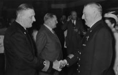 XXXIII-753-01-01-1 De scheidende kapitein Vellenga draagt het commando van het schip de Willem Ruys over aan de nieuwe ...