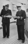 XXXIII-753-01-01-2 De commando-overdracht van het schip Willem Ruys:De scheidende kapitein C. Vellenga bekijkt met de ...