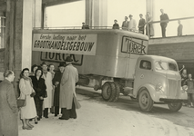 XXXIII-772-01 Een vrachtauto van het bedrijf Torck, groothandel in kinderwagens en speelgoed, rijdt het ...