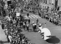 XXXIII-992-01-1 Ter gelegenheid van de viering van 10 jaar bevrijding. Historische optocht. Allegorisch uitgebeeld. Op ...